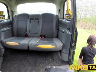 Fake taxi dame tries deepthroating groß schwanz mit taxi