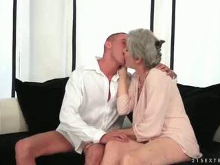 Krūtainas vecmāte enjoying karstās sekss ar viņai jauns mīlestība