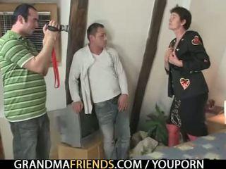 Палав стар бабичка gets lured в тройка