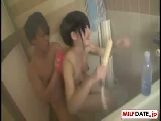 Taking bath s veľký prsia japonské mama