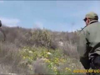 הדוקה לטינית kimberly gates gets nailed על ידי patrol agent