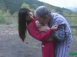 एशियन गर्ल getting उसकी पुसी licked और गड़बड़ द्वारा पुराना आदमी कम को आस आउटडोर पर