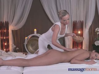 Masaż rooms seksowne blondynka gives czarne haired beauty an intense orgazm