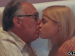 18 yo dívka líbání a fucks ji krok táta v jeho ložnice