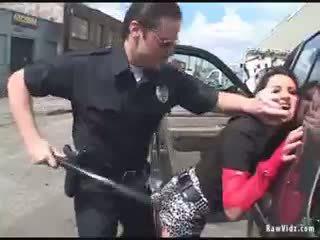 Brunett röv körd av kåta cop