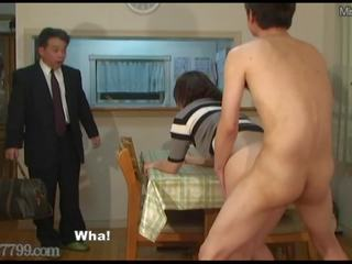 Japans hoorndrager shared vrouw geneukt van doggy stijl.
