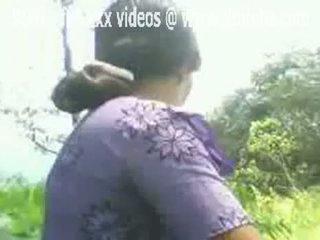 Warga india aunty flashes beliau berambut lebat faraj di luar