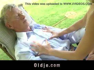 Teenie skolejente swallowing sæd utendørs doggy knulling gammel kuk <span class=duration>- 6 min</span>