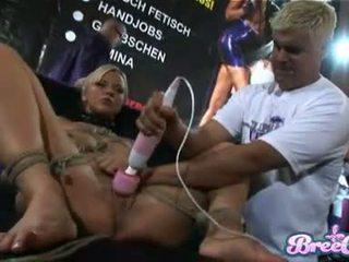 Blond bondage zicke bree olsen gets tied nach oben und sie twat toyed