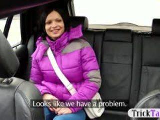 Uzbudinātas gal banged uz the aizmugurējais sēdeklis līdz the pervert taxi driver
