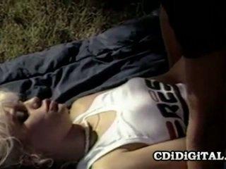 Barbi dahl 有名な レトロ ベイブ having セックス outdoors