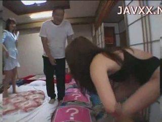 Moshë e pjekur japoneze vogëlushe rides një stiff boner në arrij të saj orgazëm