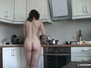 Getting nua em o cozinha marcas dela feliz: grátis porno b2