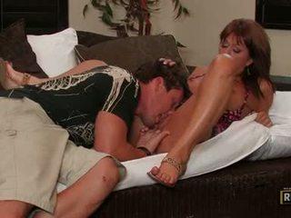 Sexually excited momma desi foxx hooking nahoru ji obscénní ústa na a šťavnatý těžký meatpole