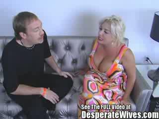 Slet vrouw claudia marie gets geneukt door vies d en swallows zijn heet load van spunk