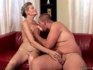 Rondborstig grootmoeder enjoys hard seks