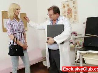 Blondi bella morgan vierailu gynoclinic kohteeseen olla hänen p