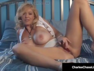 Rijpere milf charlee chase vibrates haar clit totdat ze