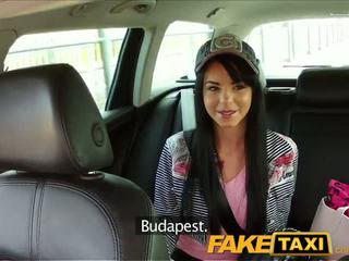 Faketaxi taxi driver convinces zwart haired hottie naar zuigen zijn piemel