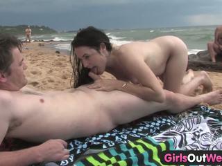 Cutie neuken een stranger bij de strand