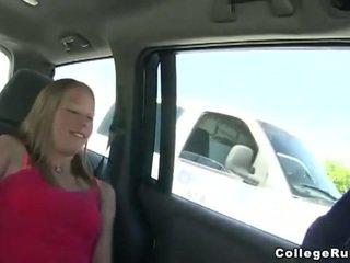 Nejaukas koledža meitene ārā bj