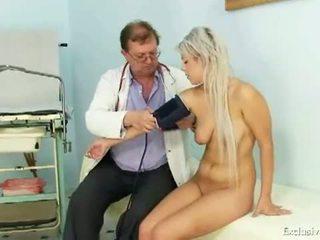 Ekskluzīvs klubs: pusaudze meitene sabina visiting viņai vecs gyno ārsts līdz būt ciešas vāvere examined