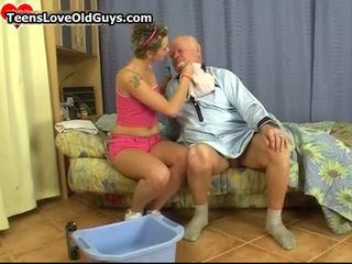Graziosa giovanissima ragazza radersi questo nonno