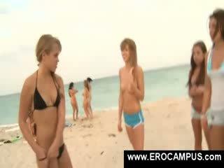 Koledža pus lelle amatieri lelle pludmale peldēšanas bārs