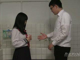 Innocent skola flicka gives avsugningar och handen jobb för extra poäng