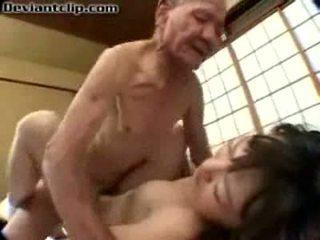 Arm japans schoolmeisje geneukt door oud fart