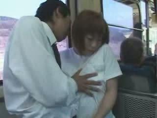 בוגר יפני חזה גדול אנמא מגוששת ו - מזוין ב אוטובוס וידאו