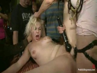 Alice frost es tied tightly, hecho a gag onto polla, anally fisted, gilipollas follada, y humiliated en un público bar en porno valley!