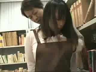 Timide fille peloté et used en une bookstore