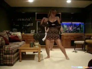 Bêbeda adolescentes a dançar em o livingroom