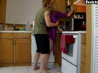 Mẹ lets con trai thang máy cô ấy và mài ngọc cô ấy nóng ass cho đến khi anh ấy cums trong của anh ấy quần short