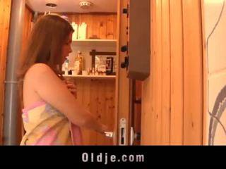 Grey vanha mies seduced mukaan teeny tyttö sisään the saunan fucks märkä pillua <span class=duration>- 6 min</span>