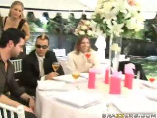 Egy menyasszony gets szar által unknown guest