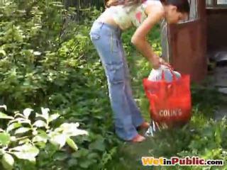 Rrugë gjoksmadhe vogëlushe urinated veten
