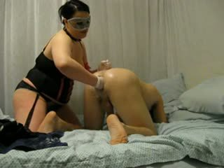 ผู้หญิงไซส์ใหญ่ เมียน้อย destroys ของเขา ตูด ด้วย fist และ strap บน