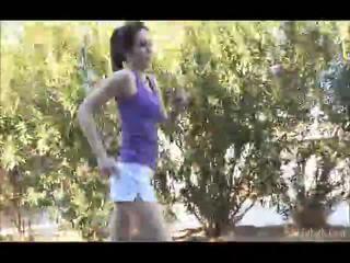 Aiden running outdoors kanssa hänen shellort pois sitten sisään the undressed