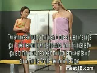 Two seksikäs teini-ikä kaistale alasti ennen ne saada perseestä ja creampied sisään the locker huone