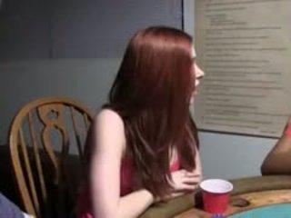 Joven teenagers follando en póquer noche
