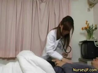 Japansk sykepleier bitch gets henne pasient hardt