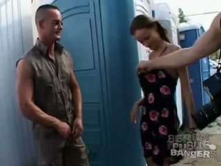 Two ホット ブルネット 女の子 giving two stiff bazookas a フェラチオ で 公共
