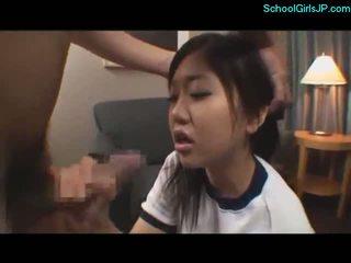Pelajar putri di latihan pakaian getting dia mulut