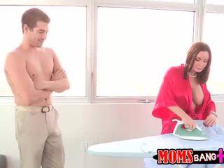 Abby betrapt haar stiefmoeder neuken haar bf