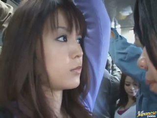 Pod spódniczkę strzał z a ładniutka chińskie w a crowded autobus