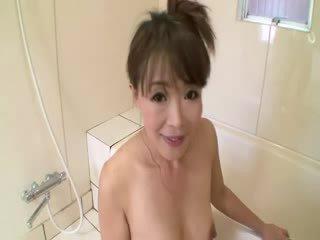 Asiática maduros em duche sucks em caralho antes stimulating a si mesma