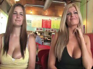 Taryn और danielle बस्टी लड़कियां पब्लिक flashing बूब्स