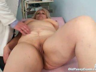Liels krūtis māte gets viņai abi holes properly checked